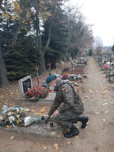 Korpus Kadetów roznosi kwiaty na cmentarzu z okazji 1 listopada