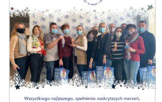 Zdjęcie grupowe pracowników szkoły i pod nim życzenia mikołajkowe